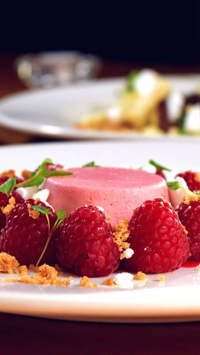 stylist-dessert-berry-cake-bokeh-iphone-5