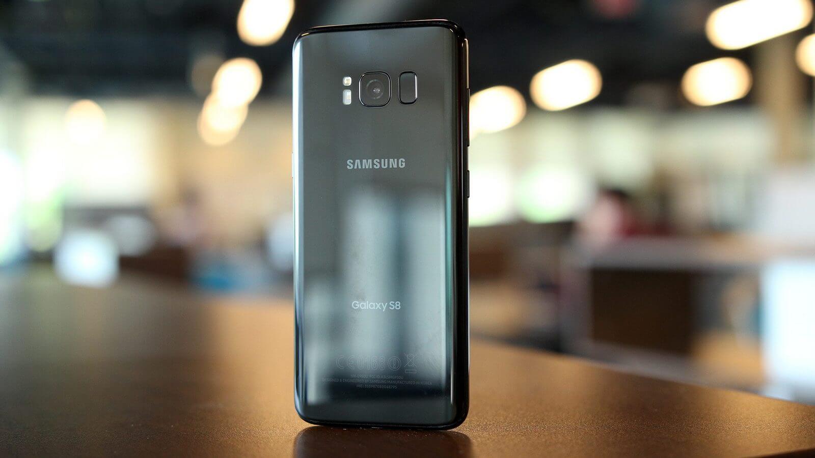 Samsung рекламирует безрамочные смартфоны в преддверии выхода iPhone X