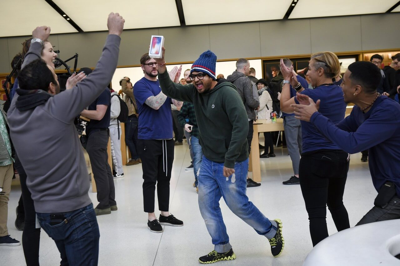 Российские реселлеры предлагают получить iPhone X без очереди
