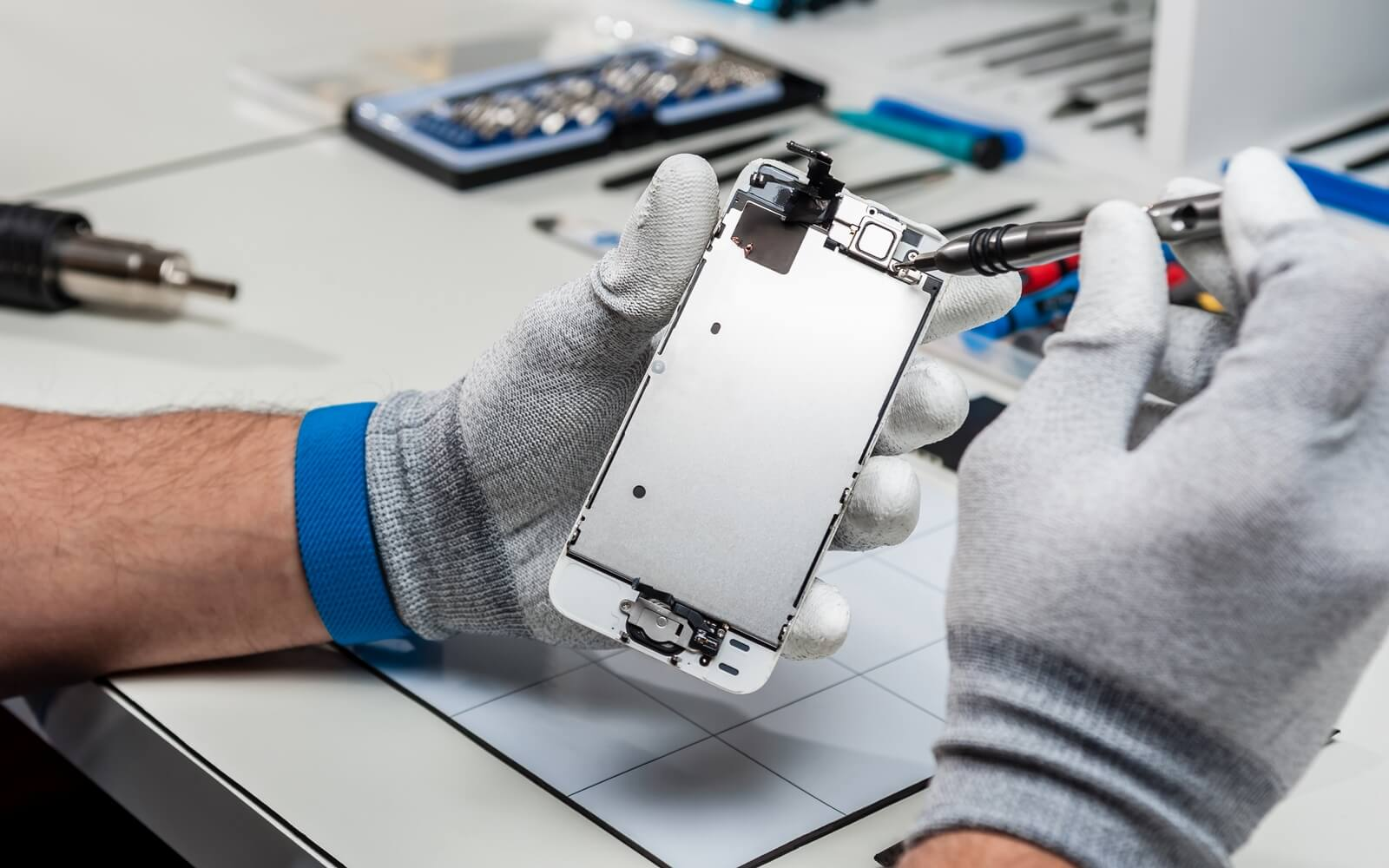 Как восстанавливают дисплеи iPhone