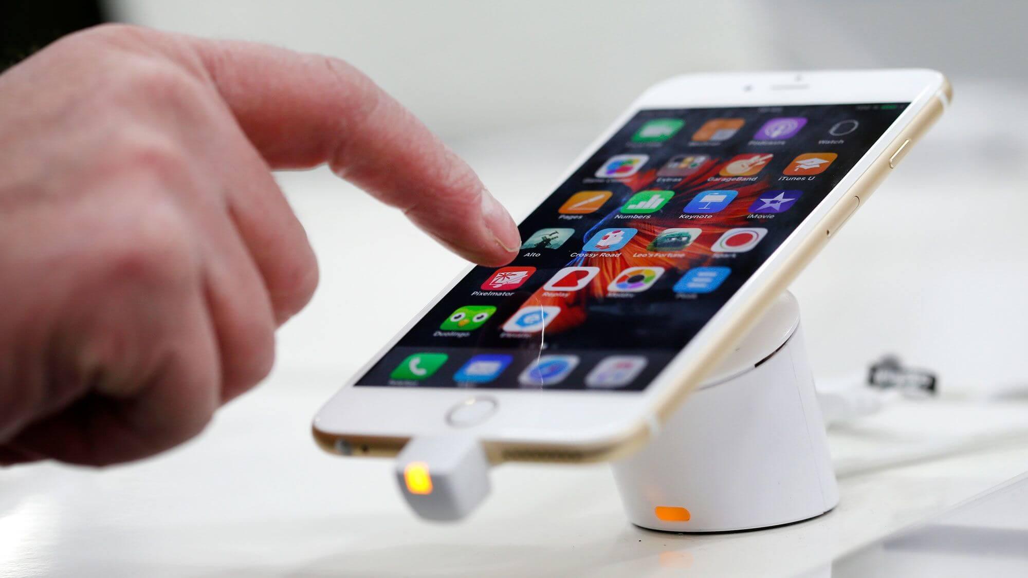 От Apple требуют слить данные о пользователях спецслужбам. Снова