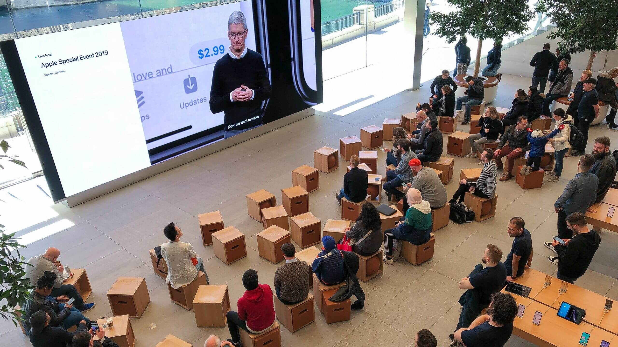 ФОТО: Как смотрели презентацию Apple в разных уголках мира