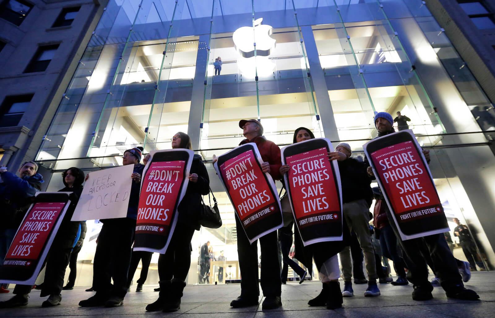 Правозащитники призвали Apple лишить саму себя доступа к данным iCloud. Тим Кук — за