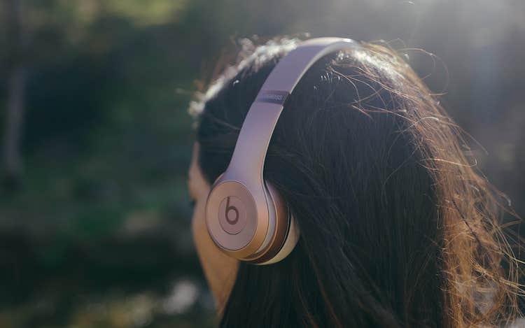 Apple снизила цену наушников Beats Solo3 в России на 30%